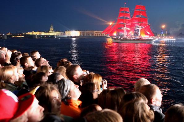 Праздник для выпускников «Алые паруса» состоялся в Санкт-Петербурге. Фото: KIRILL KUDRYAVTSEV/AFP/Getty Images)