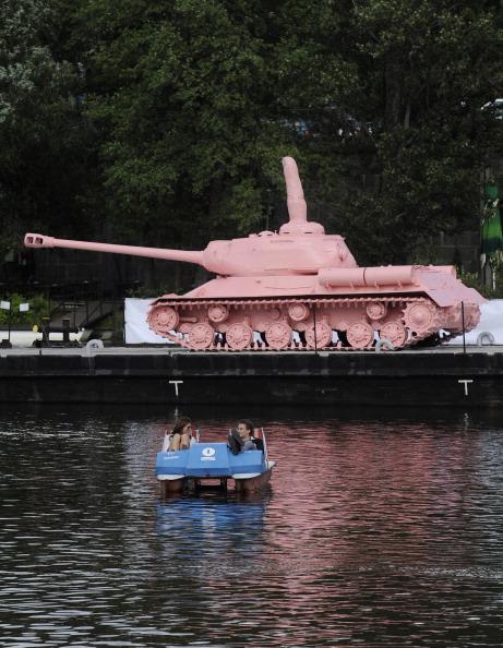 Фоторепортаж о розовом танке, плывущем на понтоне  по реке  Влтава в Чехии. Фото: MICHAL CIZEK/AFP/Getty Images