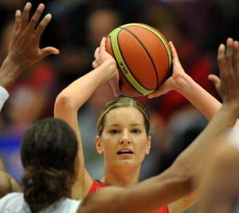 Баскетболистки России выиграли у команды Чехии в матче второго этапа чемпионата Европы. Фото: JOE KLAMAR/AFP/Getty Images