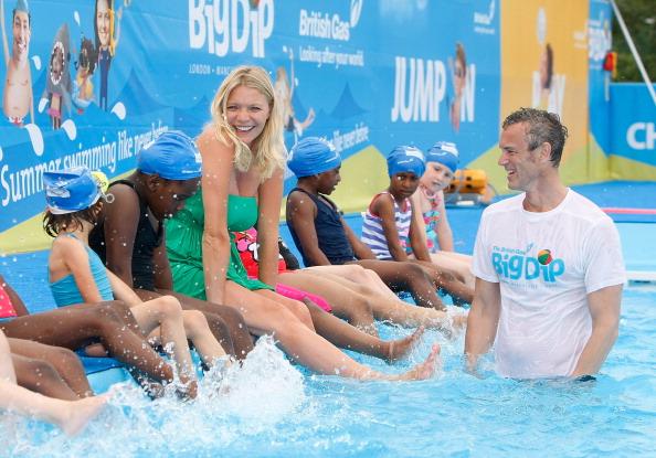 Модель Джоди Кидд и Марк Фостер в бассейне среди детей в Лондоне. Фото: Tom Dulat/Getty Images for British Gas