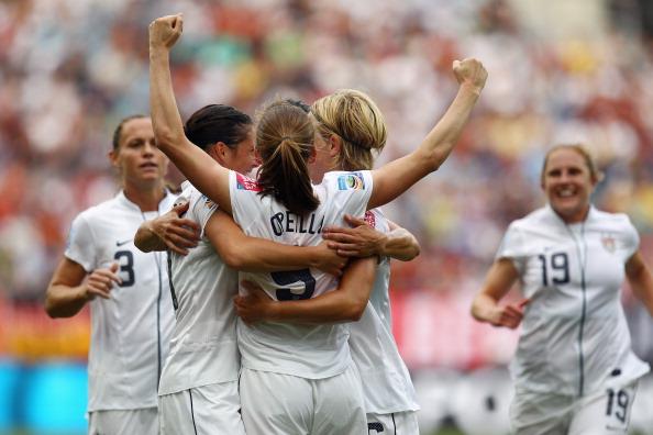 Фоторепортаж с футбольного матча между женскими сборными  США и Колумбии. Фото: Joern Pollex/ Alex Grimm/Getty Images