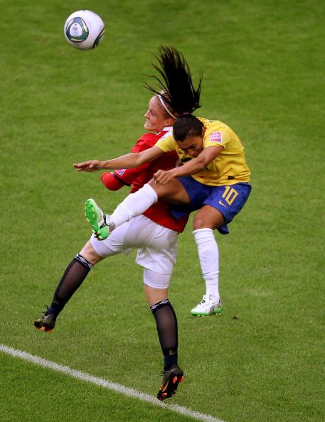 Фоторепортаж с футбольного матча между женскими сборными  Бразилии и Норвегии. Фото: Scott Heavey/Getty Images