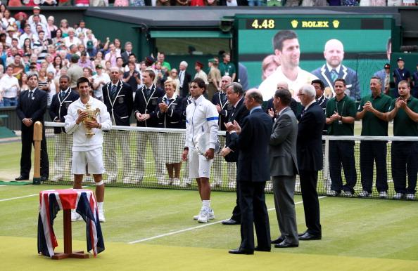 Новак Джокович выиграл кубок чемпиона Уимблдонского турнира. Фото: Michael Regan /Julian Finney /Clive Brunskill/ Getty Images