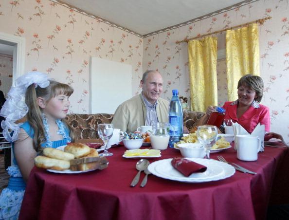 Даша Варфоломеева – юная жительница Бурятии, пригласила Владимира Путина на чай. Фото:  NATALIA KOLESNIKOVA/AFP/Getty Images