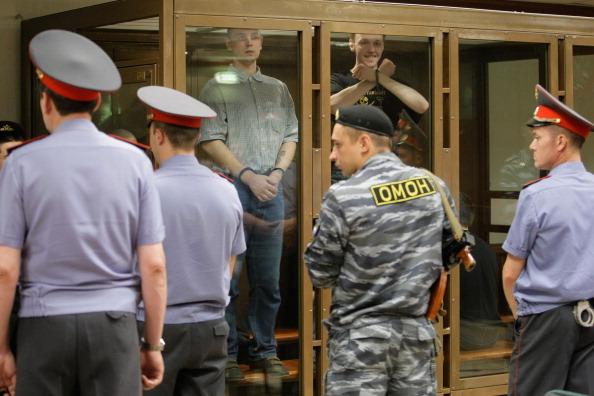 Банду скинхедов, убивших 27 человек, судили закрытым судом и под охраной ОМОНа. Фото: DMITRY KOSTYUKOV/AFP/Getty Images