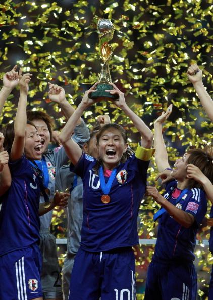 Женская футбольная сборная Японии празднует победу в чемпионате Кубка мира. Фото: Friedemann Vogel /Martin Rose / Joern Pollex /Thorsten Wagner /Christof Koepsel/Getty Images