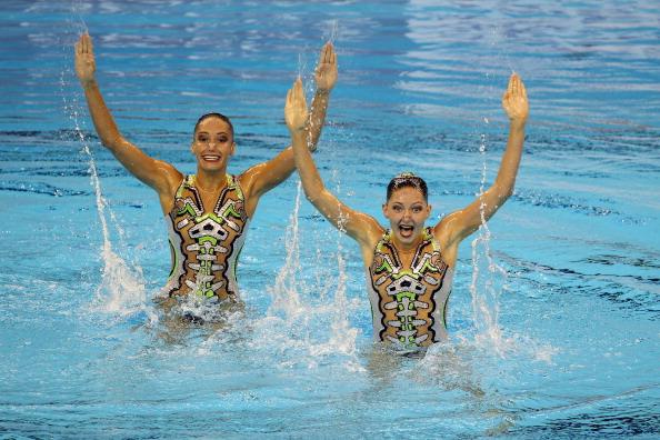 Выступление спортсменок разных стран по синхронному плаванию в дуэтах.  Фото:  Ezra Shaw/FRANCOIS XAVIER MARIT/AFP/Getty Images