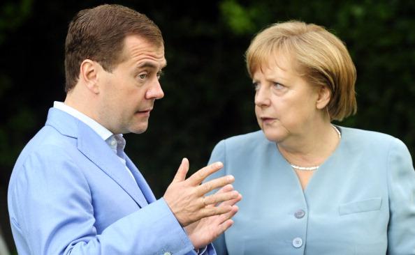 Дмитрий Медведев встретился с  Ангелой Меркель в Германии. Фото: JOHN MACDOUGALL/AFP/Getty Images