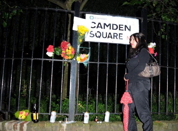 К дому Эми Уайнхаус поклонники приносят  цветы.   Фоторепортаж с места происшествия. Фото: Sylvia Linares/Getty Images