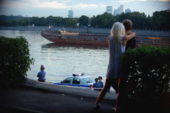 Фоторепортаж с места трагического столкновения катера Р18-81ЧО  с баржей «Ока-5»  на Москве-реке 31 июля. Фото:  DMITRY KOSTYUKOV/AFP/Getty Images