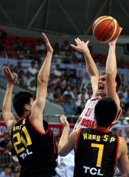 Студенческая  сборная России по баскетболу выиграла у команды Китая со счетом 67:52. Фото: STR/AFP/Getty Images