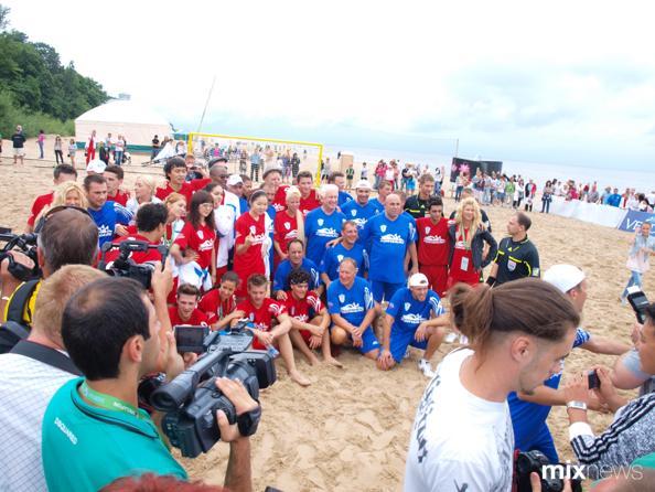 «Новая волна»: фоторепортаж с матча по пляжному футболу New Wave Cup. Фото с сайта mixnews.lv