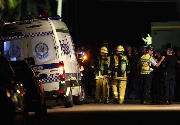 Полиция Австралии пытается спасти жертву вымогательства,  на шее которой закреплено взрывное устройство. Фото: Ryan Pierse/Getty Images