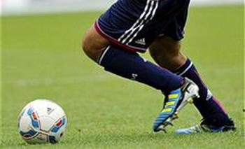 Футболист скончался на поле после забитого им гола. Фото: THOMAS KIENZLE/AFP/Getty Images