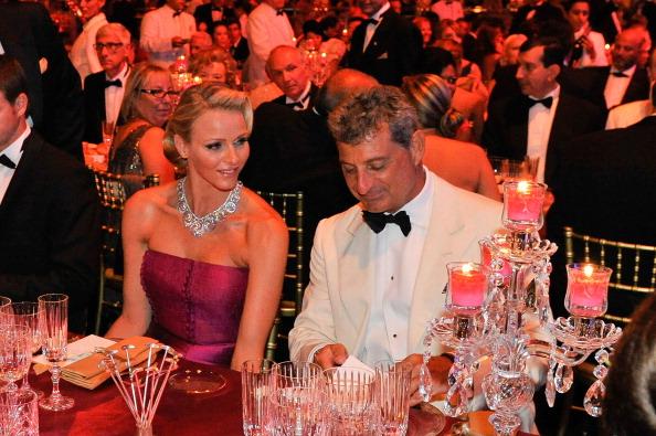 Шарлин, принцесса  Монако, и принц Альберт II организовали бал Красного Креста. Фото:  Pascal Le Segretain/Getty Images
