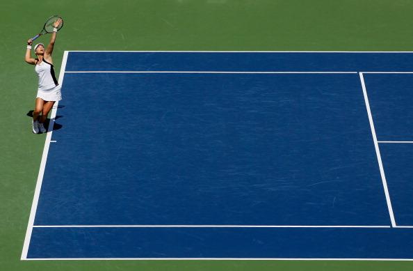 Вера Звонарева проиграла Агнешке Радваньски финальный матч  турнира Mercury Insurance Open. Фото: Jeff Gross/Getty Images