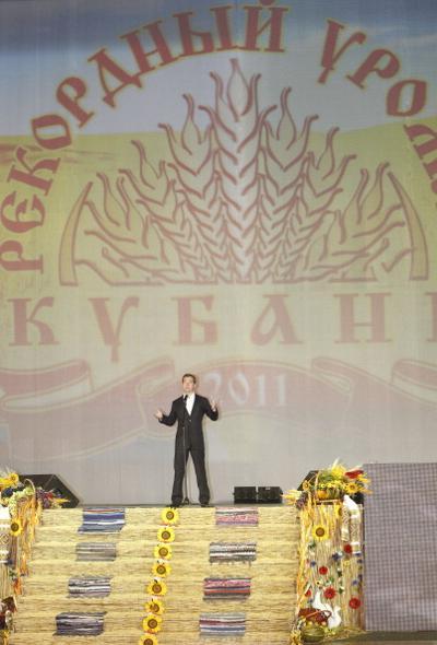Медведев на Кубани поздравил аграриев с рекордным  «Урожаем-2011». Фото: VLADIMIR RODIONOV/AFP/Getty Images