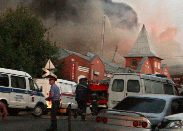 Крупный пожар произошел в районе  Микояновского мясокомбината в Москве. Фото: Александр Kadobnov / AFP / Getty Images