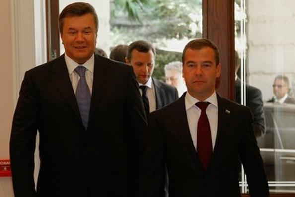 Дмитрий Медведев  и Виктор Янукович в  Бочаровом ручье  решили газовый спор без суда. Фото: VLADIMIR RODIONOV/AFP/Getty Images