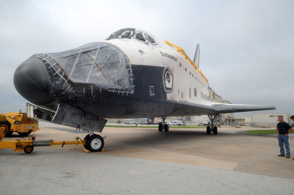 Фоторепортаж о шатлах «Индевор»  и  «Дискавери»  в космическом центре Кеннеди. Фото: Roberto Gonzalez/Getty Images