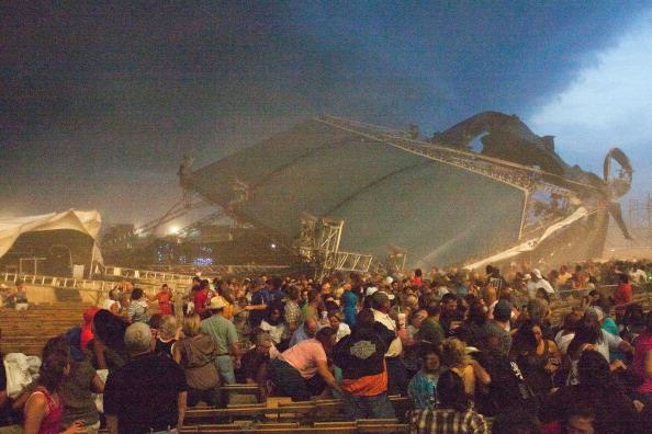 Ветер  обрушил  сцену на ярмарке в Индианаполисе, погибли 4 человека, 20 пострадали. Фото: Joey Foley/Getty Images