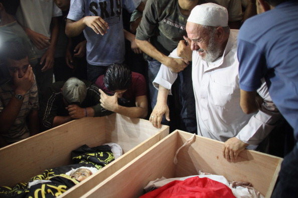 Фоторепортаж о похоронах палестинцев, убитых при авиаударе по сектору Газа. Фото: Christopher Furlong/Getty Images