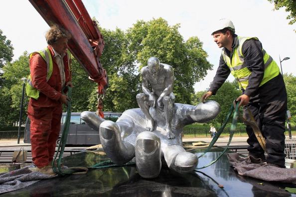 Фоторепортаж об установке скульптуры «Рука Бога» в Лондонском парке. Фото: Chris Jackson/Getty Images for Halcyon Gallery)