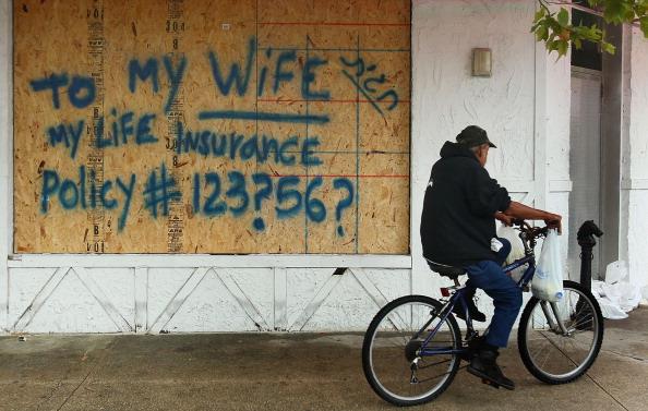 Из-за урагана «Ирэн» на  Восточном побережье США  люди готовятся к эвакуации. Фото: William Thomas Cain/ Vincent DeWitt-Pool/Getty Images