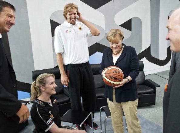 Ангела Меркель  приняла в своей канцелярии баскетболиста Дирка Новицкого. Фото: Guido Bergmann/Bundesregierung-Pool via Getty Images