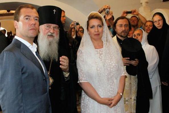 Дмитрий и Светлана  Медведевы поздравили   в Муроме  молодоженов. Фото: VLADIMIR RODIONOV/AFP/Getty Images