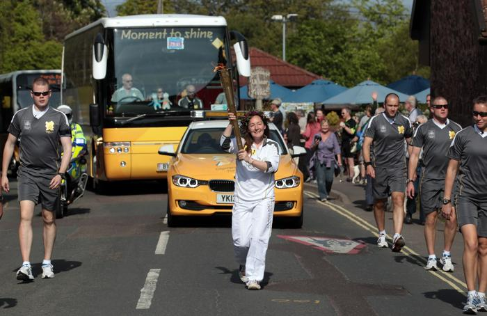 Олимпийский огонь продолжает свое путешествие по Великобритании. Сара Милнер Симондс (Sarah Milner Simonds).  Фоторепортаж. Фото: Matt Cardy/Getty Images