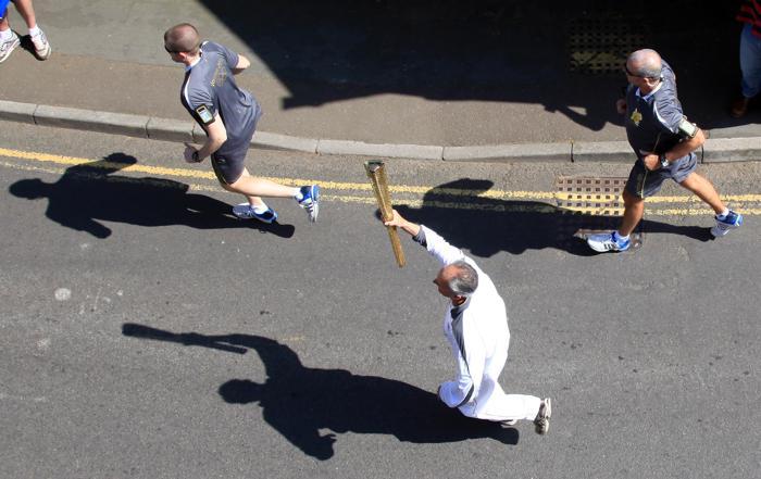 Олимпийский огонь продолжает свое путешествие по Великобритании. Винс Джеффри. Фоторепортаж. Фото: Matt Cardy/Getty Images