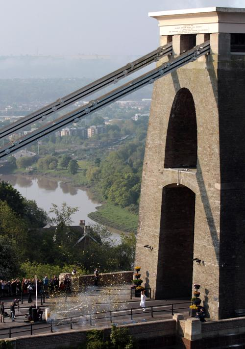 Олимпийский огонь продолжает свое путешествие по Великобритании. Клифтон, подвесной  мост. Фоторепортаж. Фото: Matt Cardy/Getty Images