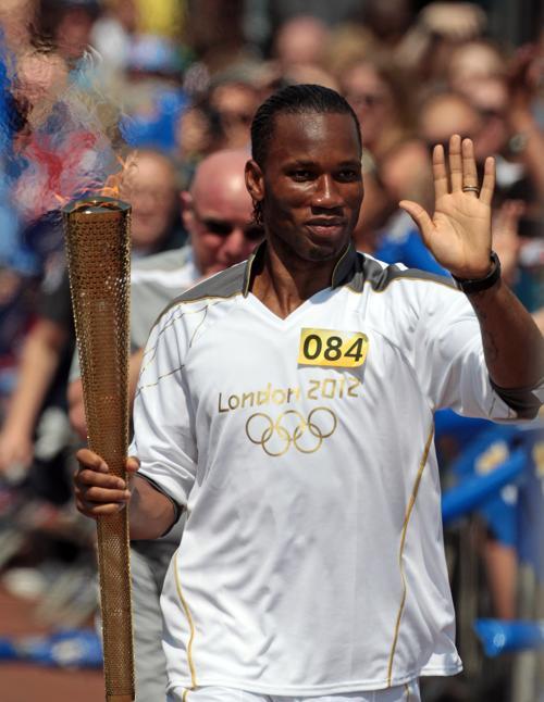 Олимпийский огонь продолжает свое путешествие по Великобритании. Didier Drogba. Фоторепортаж. Фото: Matt Cardy/Getty Images