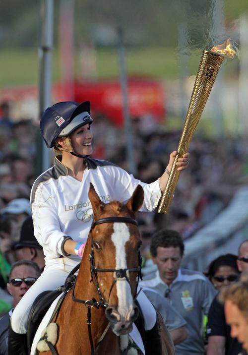 Олимпийский огонь продолжает свое путешествие по Великобритании. Зара Филлипс, (Zara Phillips). Фоторепортаж. Фото: Matt Cardy/Getty Images