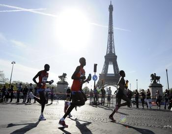 Французские марафонцы  стартовали на территории Франции 4 июля. Фото: BERTRAND GUAY/AFP/Getty Images
