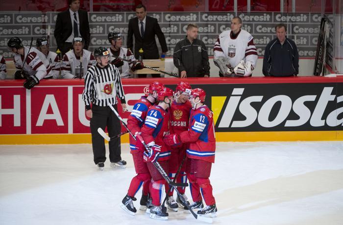 Евгений Кузнецов (Россия) празднует с товарищами по команде забитый гол. Фоторепортаж. Фото: JONATHAN NACKSTRAND/AFP/GettyImages