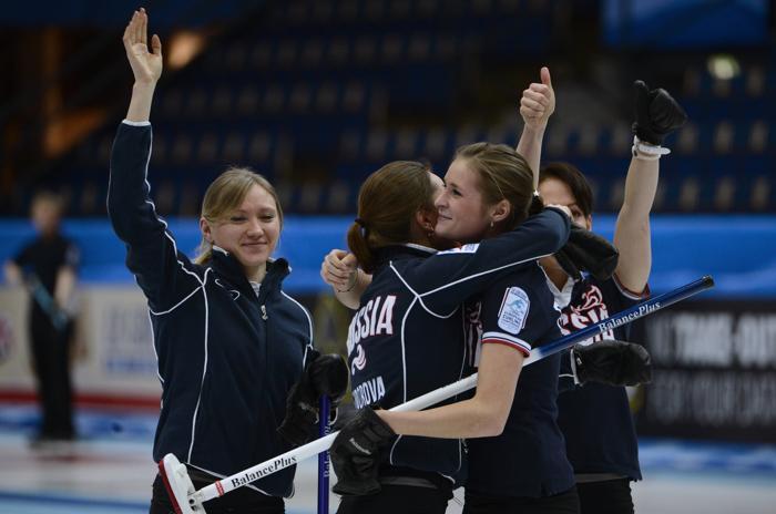 Команда России празднует победу в полуфинальном матче Россия-Швеция 14 декабря 2012 года. Фото: JANERIK HENRIKSSON / SCANPIX/AFP/Getty Images