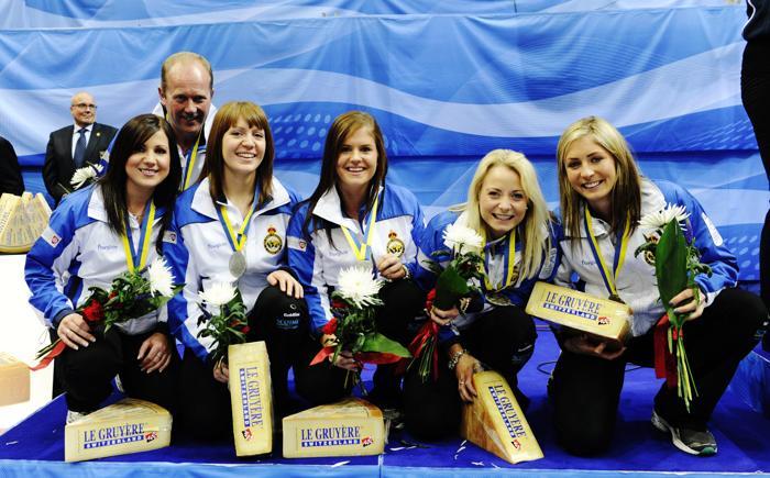 Серебряные призёры Чемпионата Европы по кёрлингу сборная Шотландии со своим тренером 15 декабря. Фото: JANERIK HENRIKSSON / SCANPIX/AFP/Getty Images
