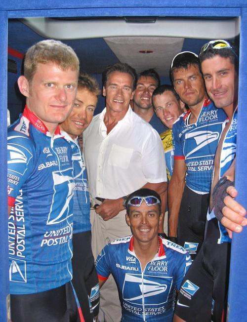 Лэнс Армстронг и его коллеги по команде, фотография с Арнольдом Шварцнеггером,17 июля 2003 года. Фото: JOERG MUELLER / AFP / Getty Images