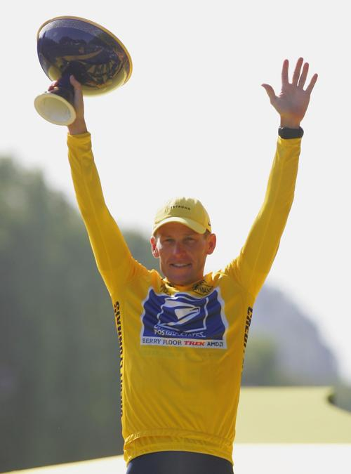 Лэнс Армстронг празднует победу команды на гонке «Тур де Франс» 25 июля 2004 года. Фото: Robert Laberge/Getty Images