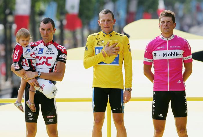 Лэнс Армстронг на подиуме после победы в гонке «Тур де Франс» 25 июля 2004 года. Фото: Robert Laberge/Getty Images