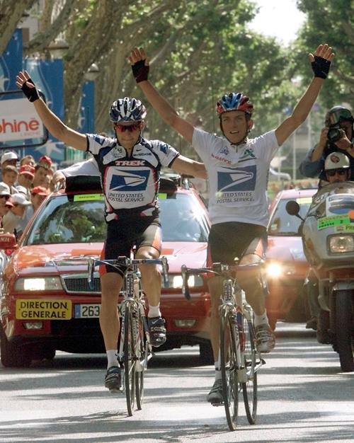 Тайлер Хэмилтон (R) опережает Лэнса Армстронга (L)в гонке 9 июня 2000 года. Фото: Patrick Kovarik/AFP/Getty Images