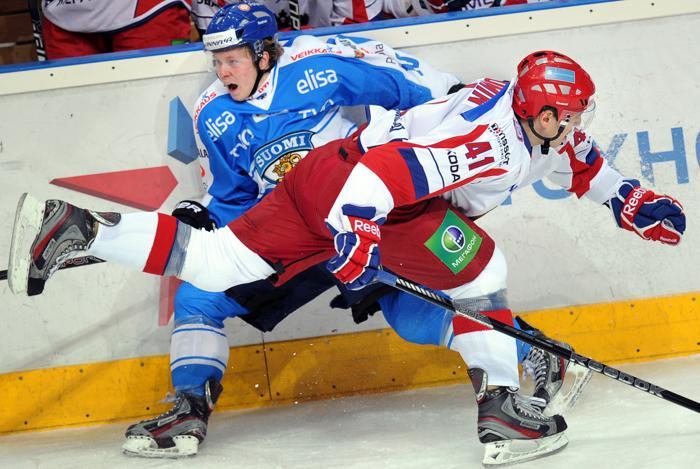 Туомас Киискинен борется за шайбу с Николаем Кулёминым. Фото: ALEXANDER NEMENOV/AFP/Getty Images