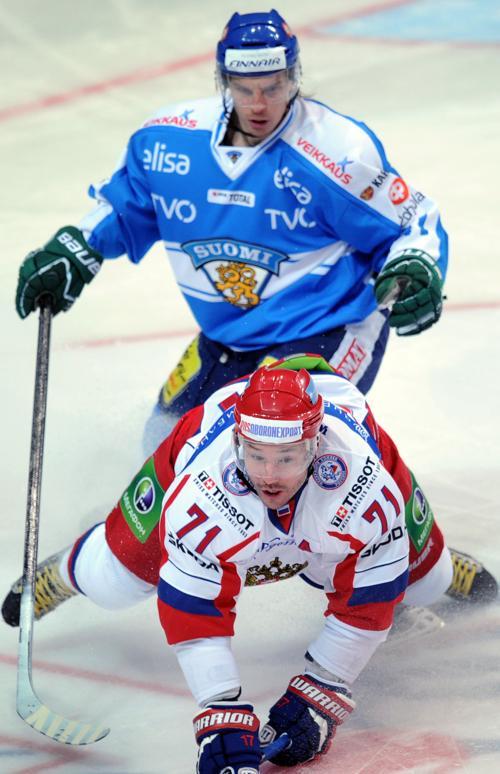 Илья Ковальчук борется за шайбу с Антти Пильстремом. Фото: ALEXANDER NEMENOV/AFP/Getty Images