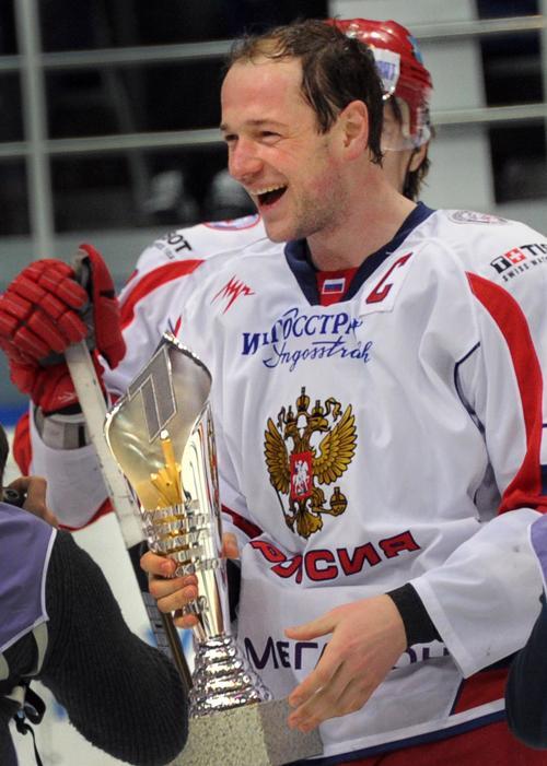 Капитан российской команды Илья Никулин держит трофей после победы над сборной Финляндии. Фото: ALEXANDER NEMENOV/AFP/Getty Images