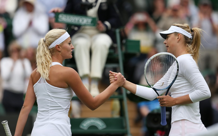 Мария Шарапова и Кристина Младенович после игры в Лондоне 24 июня 2013 г. Фото: Clive Brunskill/Getty Images
