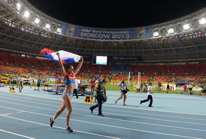 Елена Исимбаева стала трёхкратной чемпионкой, выиграв золото ЧМ в Москве. Фото: YURI KADOBNOV/AFP/Getty Images