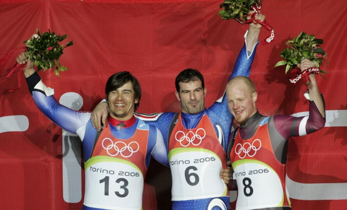 Слева направо: серебряный призёр Альберт Демченко (Россия), Олимпийский чемпион Давид Мёллер (Германия) и бронзовый призёр Мартиньш Рубенис (Латвия), Олимпийские Игры в Турине, 2006 г. Фото: Michael Kappeler/AFP/Getty Images