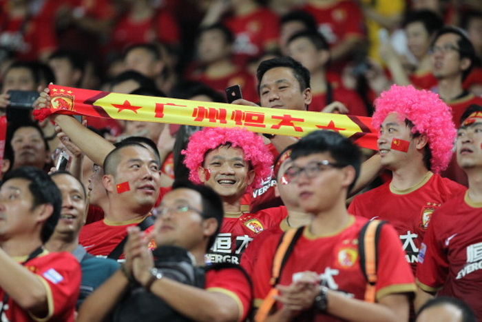 Болельщики китайской «Гуанчжоу» не огорчились из-за проигрыша. Фото: Zhong Zhi/Getty Images